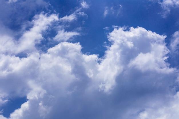 Blauwe hemelachtergrond met wolken. hemel van brazilië.