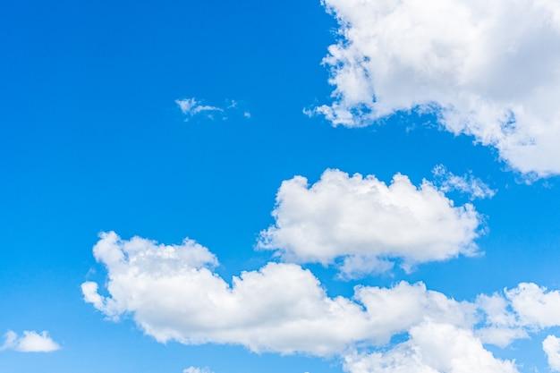Blauwe hemelachtergrond met wolken, kopie ruimte voor tekst.