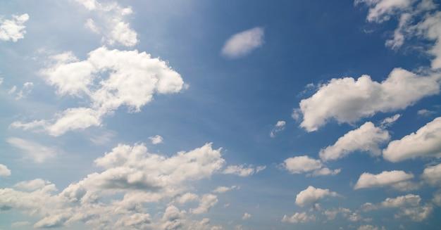 Blauwe hemelachtergrond met wolken natuurlijke achtergrond zomer en reizen achtergrond.