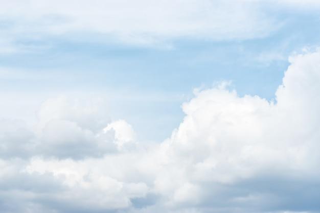 Blauwe hemelachtergrond met wolken voor regen.