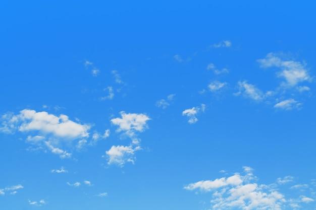 Blauwe hemelachtergrond met wolken