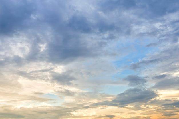 Blauwe hemeltextuur als achtergrond met witte wolkenzonsondergang