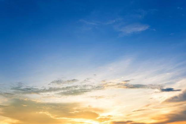 Blauwe hemeltextuur met witte wolkenzonsondergang.