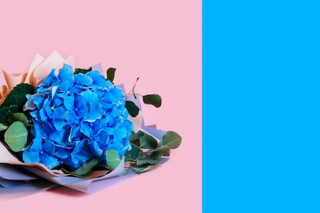 Blauwe hortensia geïsoleerde achtergrond verlaat boeket roze bloem kopie ruimte