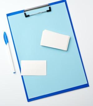 Blauwe houder met schone blauwe vellen, pen, leeg visitekaartje