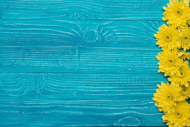 Blauwe houten achtergrond met bloemen en ruimte voor berichten