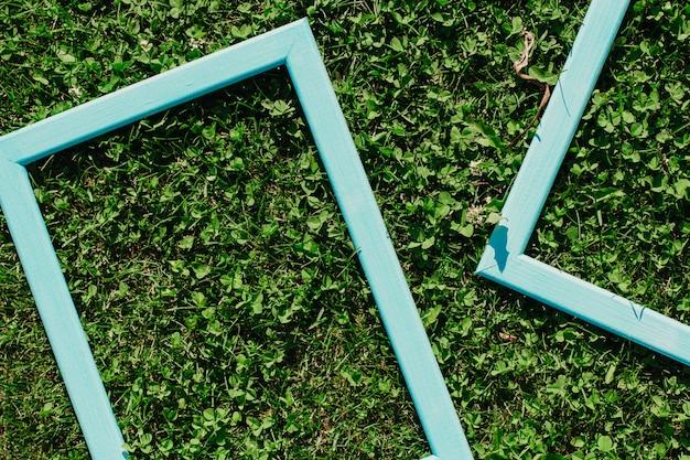 Blauwe houten frames op het gras. gras