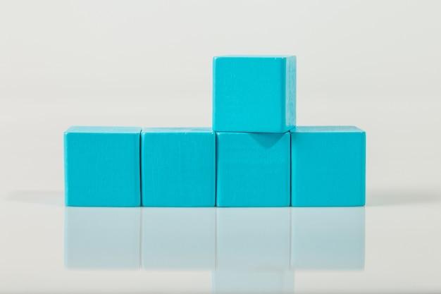 Blauwe houten vormenkubus