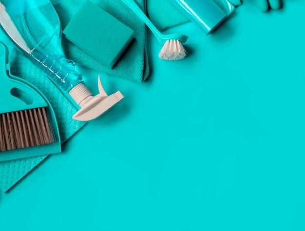 Blauwe huishoudset voor voorjaarsschoonmaak.