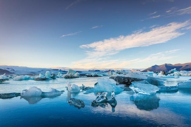 Blauwe ijsbergen in ijsland, definitieve zonsondergangtijd