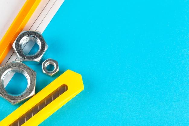 Blauwe industrie of bouw abstracte achtergrond met verschillende noten op blauwe oppervlak