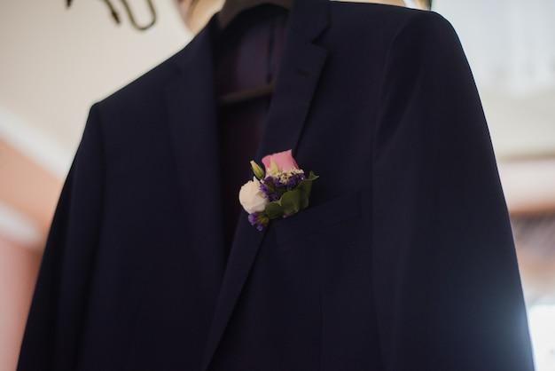 Blauwe jas bruidegoms ochtend bruidegoms voorbereidingen huwelijksdag