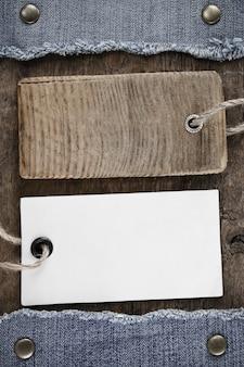 Blauwe jean en prijskaartje op houtstructuur