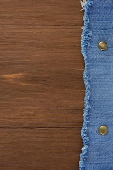 Blauwe jean op houtstructuur