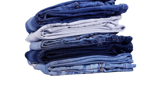 Blauwe jeans op een rij, stapel denimbroeken, samenstelling, denimtextuur