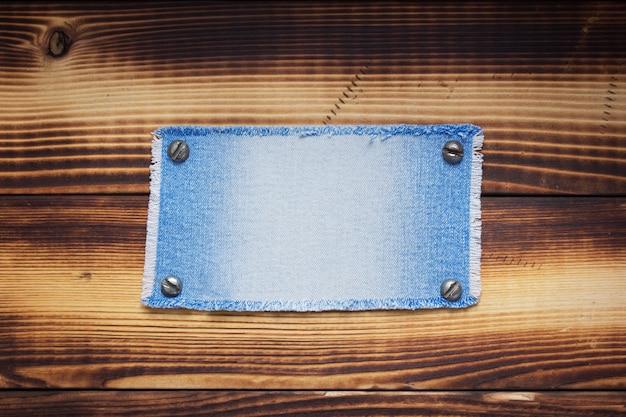 Blauwe jeanstextuur op houten oppervlakte als achtergrond