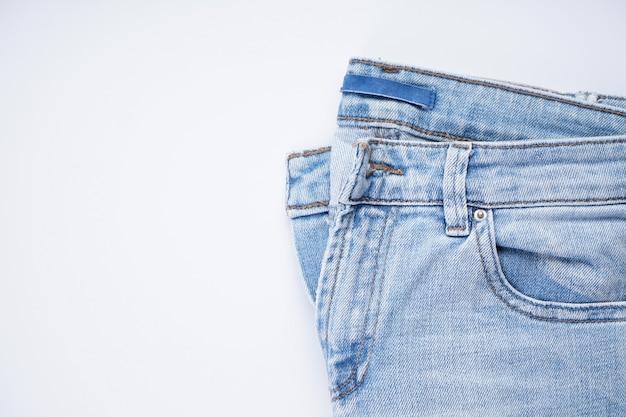 Blauwe jeanszak aan de voorkant, plaats voor tekst. bovenaanzicht.