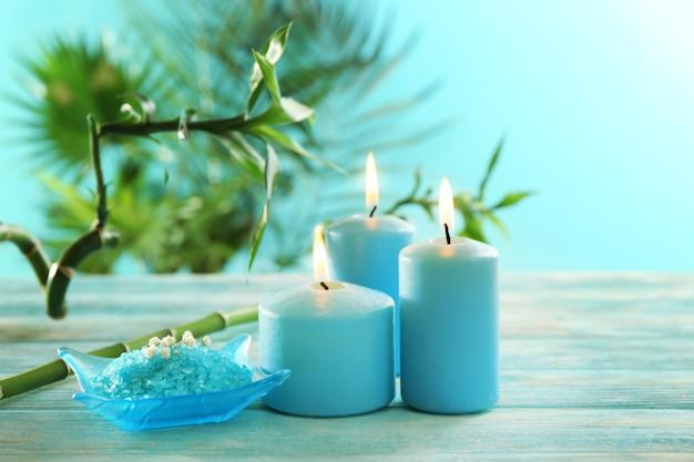 Blauwe kaarsen met spazout en bamboe op tafel