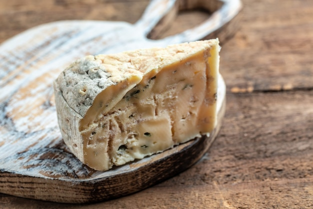 Blauwe kaas dorblu, gorgonzola, roquefort op houten achtergrond. banner, menu, receptplaats voor tekst.