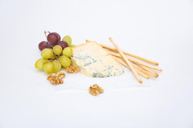 Blauwe kaas, gerookte kaassticks, druif en walnoot