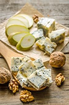 Blauwe kaas met peren en walnoten