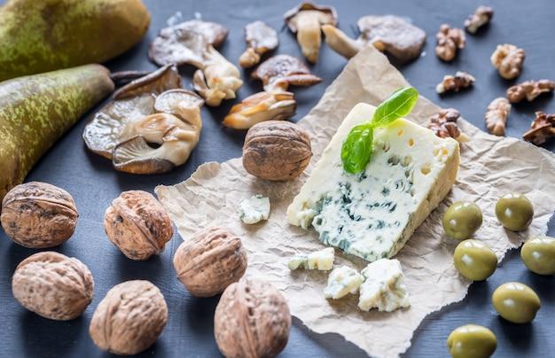 Blauwe kaas met walnoten, oesterzwammen en groene olijven