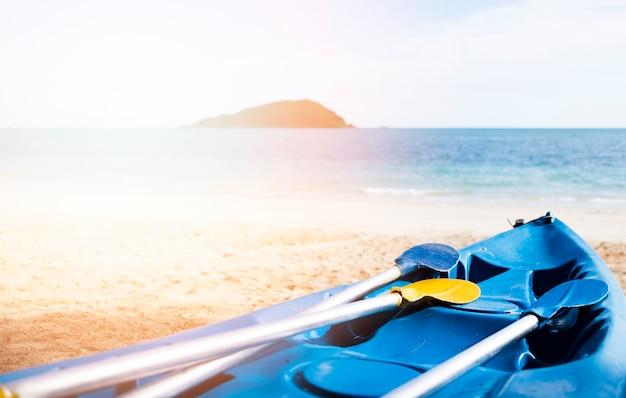 Blauwe kano op het strand