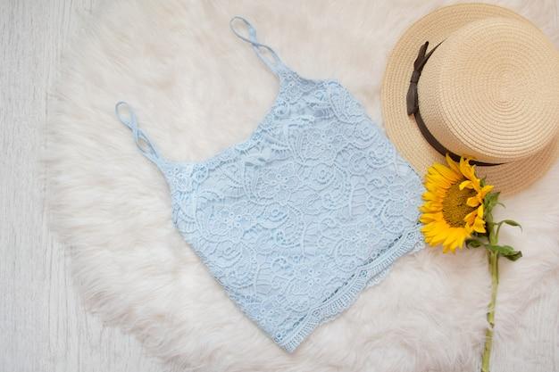 Blauwe kanten top, strohoed en zonnebloem