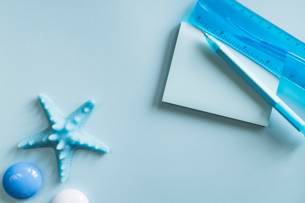 Blauwe kantoorbehoeften op bureau
