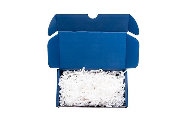 Blauwe kartonnen kartonnen doos met papiervuller, bovenaanzicht, geïsoleerd
