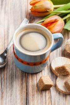 Blauwe keramische kop zwarte hete koffie met bruine suiker