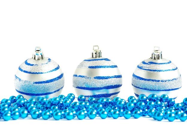 Blauwe kerstballen geïsoleerd op een witte