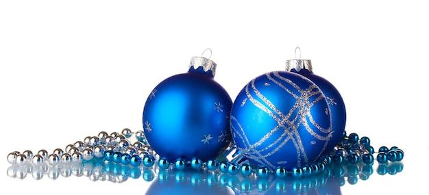 Blauwe kerstballen geïsoleerd op witte achtergrond