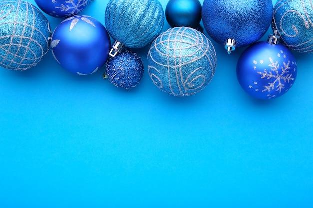 Blauwe kerstballen op een blauwe achtergrond
