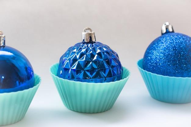 Blauwe kerstballen op een witte achtergrond