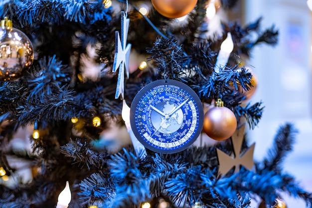 Blauwe kerstdecoratie in een boom