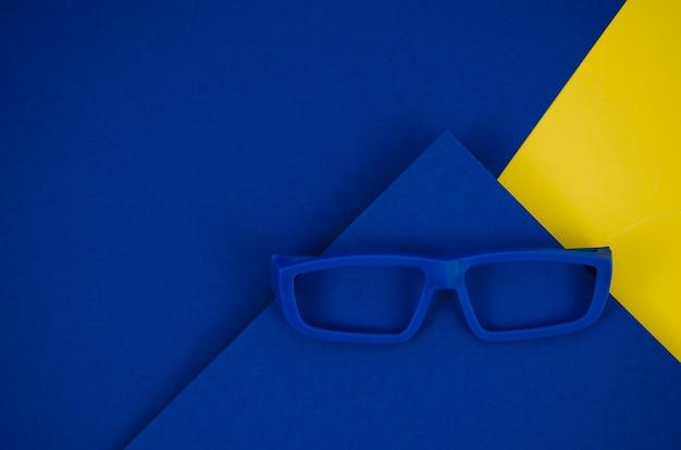 Blauwe kinderen bril op kleurrijke achtergrond