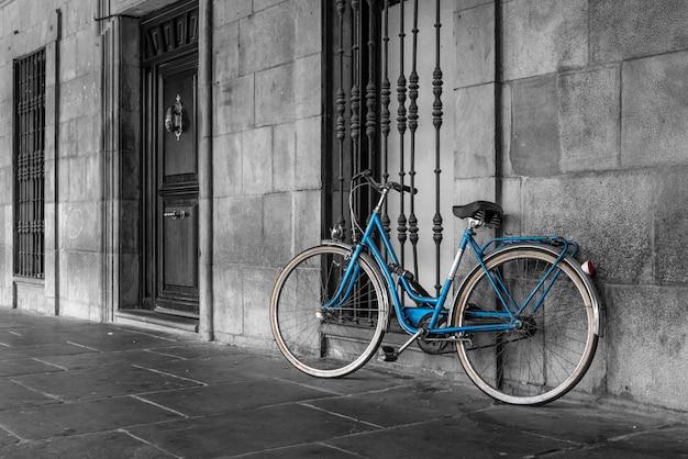 Blauwe klassieke fiets geparkeerd op straat in de oude stad