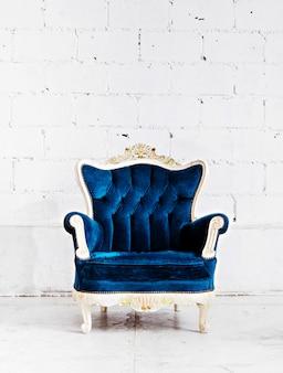 Blauwe klassieke stijl fauteuil sofa bank in vintage kamer