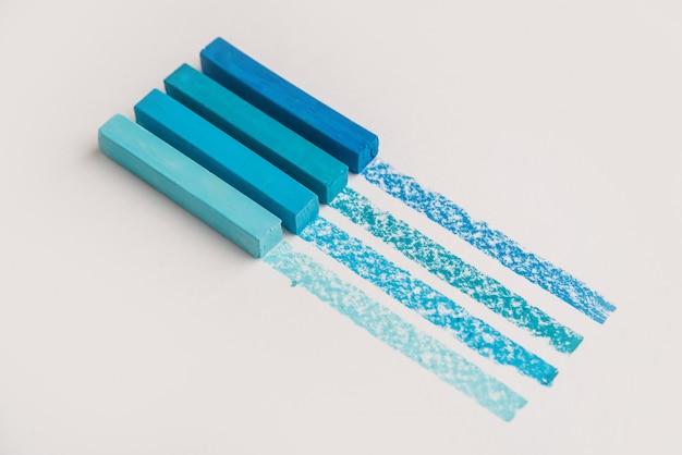 Blauwe kleur pastelkrijt krijt over zijn eigen traceerlijn