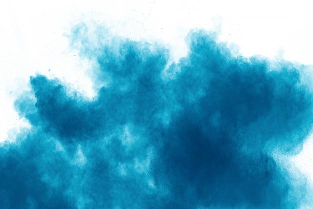 Blauwe kleur poeder explosie wolk op witte achtergrond.