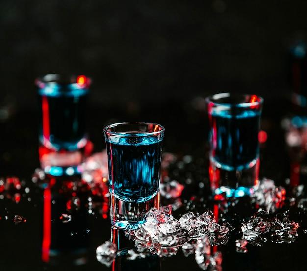 Blauwe kleurenfoto's op de tafel