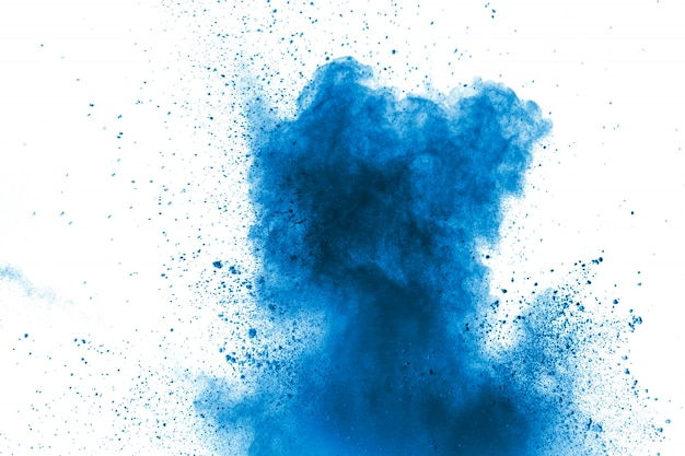 Blauwe kleurenpoeder explosie wolk. close-up van blauwe stofdeeltjesplons op achtergrond.