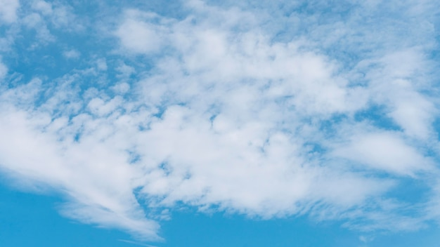 Blauwe kleurovergang van vreedzame natuurlijke wolken