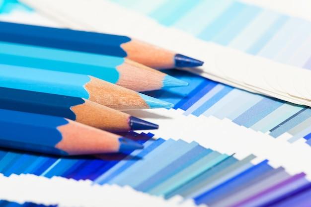 Blauwe kleurpotloden en kleurengrafiek van alle kleuren