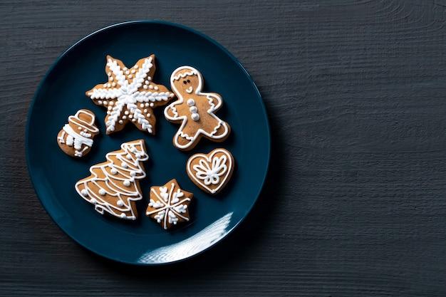 Blauwe koekje cadeau houten achtergrond