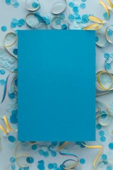 Blauwe kopie ruimte papier en confetti