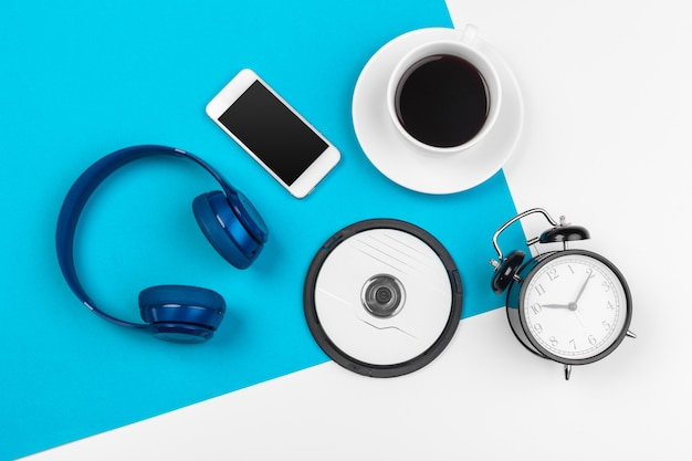 Blauwe koptelefoon op blauwe en witte kleur achtergrond