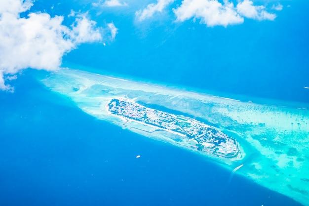 Blauwe koraal vliegtuig zee oceaan