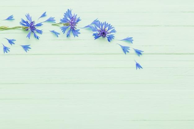 Blauwe korenbloemen op hout